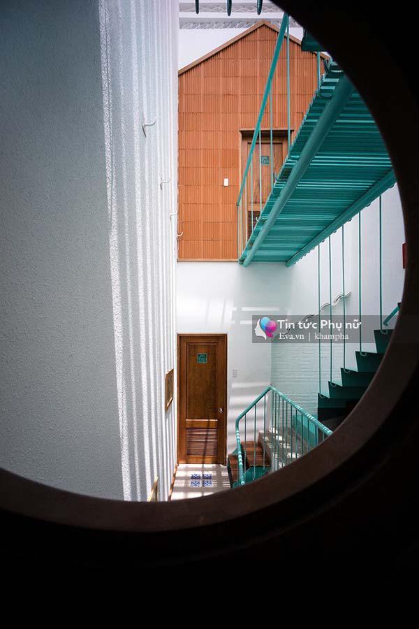 """Mặt tiền"""" của mỗi căn phòng mang hình dáng đặc trưng của một ngôi nhà với mái hình tam giác."""