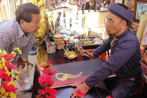 Phố ông đồ có gần trăm gian hàng bày bán các loại tranh, đồ vật trang trí, nghệ thuật thư pháp. Tại đây, có hàng chục gian hàng của các 'ông đồ' viết thư pháp. Hoạt động xin chữ được người dân quan tâm nhiều nhất.