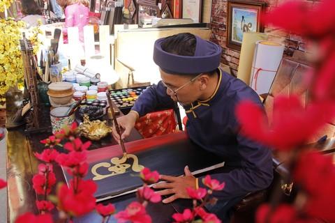 Phố ông đồ ở Sài Gòn hình thành cách đây khoảng chừng hơn 10 năm. Theo ký ức của người dân Sài Gòn, ban đầu chỉ là một nhóm nhỏ các sinh viên thuộc Khoa Hán Nôm và một số bạn thuộc Khoa mỹ thuật thuộc các trường Đại học trong địa bàn TP.HCM, kết hợp với Nhà Văn hóa Thanh Niên tổ chức. Ban đầu hoạt động chỉ gói gọn tại khuôn viên phía trong Nhà văn hóa Thanh Niên, sau đó nhận được sự chú ý và phát triển rộng hơn, thành từng gian hàng bày phía trước. Hiện nay, phố ông đồ đã nhận được sự yêu thích của người dân Sài Gòn và phát triển mạnh hơn thành một khu đông đúc như hiện tại.