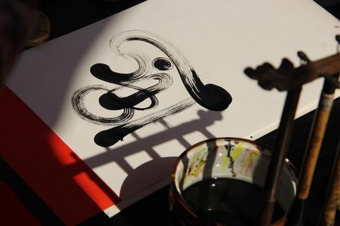 Mỗi bức thư pháp được bán với giá từ 50.000 đồng đến 100.000 đồng, tùy theo mức độ khó dễ và các hình họa trang trí.