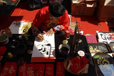 Như một thói quen của người Sài Gòn cuối năm, đi chợ hoa, chụp ảnh tại đường hoa Tết, thì xin chữ ông đồ để treo trong nhà cũng đang được gìn giữ và phát huy trong suốt nhiều năm qua.