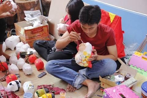 Sản phẩm 'heo đất' được vẽ hoa văn cũng thu hút du khách đến Phố ông đồ tham quan, mua sắm.