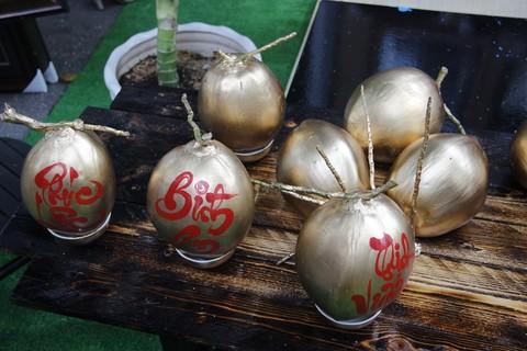 Thư pháp được viết lên quả dừa được mạ đồng để chưng tết. Mỗi quả như vậy được bán với giá từ 150.000 – 180.000 đồng.