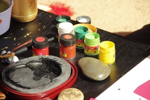 Màu sắc và bút nghiên, dụng cụ hành nghề cho chữ của các 'ông đồ'