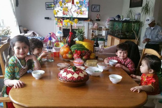 Các thành viên nhí trong gia đình chị Hằng được diện những trang phục truyền thống.