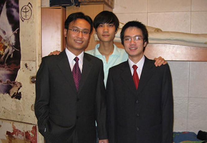 Hoàng Tùng (trái) và các bạn du học sinh tại Nga