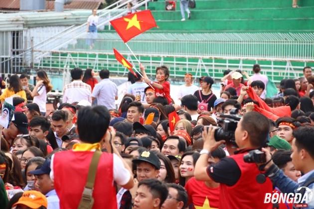 Bất chấp cái nắng như đổ lửa của Sài Gòn, vẫn có rất đông người hâm mộ sẵn sàng xếp hàng vài giờ để tham gia buổi giao lưu cùng những người hùng vừa trở về từ VCK U23 châu Á 2018. Ảnh: Đình Viên.