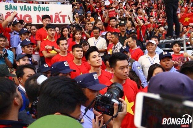 Nhưng sự cuồng nhiệt chỉ đến khi các người hùng U23 Việt Nam xuất hiện từ đường hầm. Ảnh: Đình Viên.