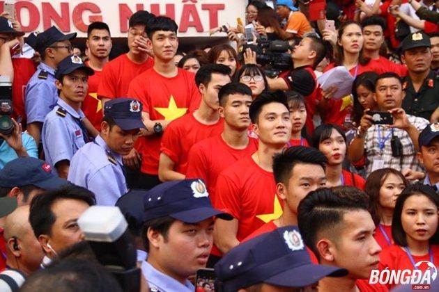 Các cầu thủ U23 Việt Nam chờ được gọi tên bước lên sân khấu. Ảnh: Đình Viên.