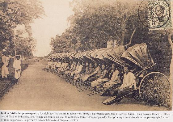 Về nguồn gốc xe kéo tay, theo các nhà nghiên cứu, xe kéo tay xuất hiện lần đầu ở Nhật Bản vào khoảng năm 1868, đầu thời Cải cách Minh Trị. Hơn một thập niên sau đó, chúng nhanh chóng xuất hiện tại nhiều thành phố lớn ở Ấn Độ và Đông Nam Á. Ảnh: Bến xe kéo ở Hà Nội năm 1884. Ảnh tư liệu.