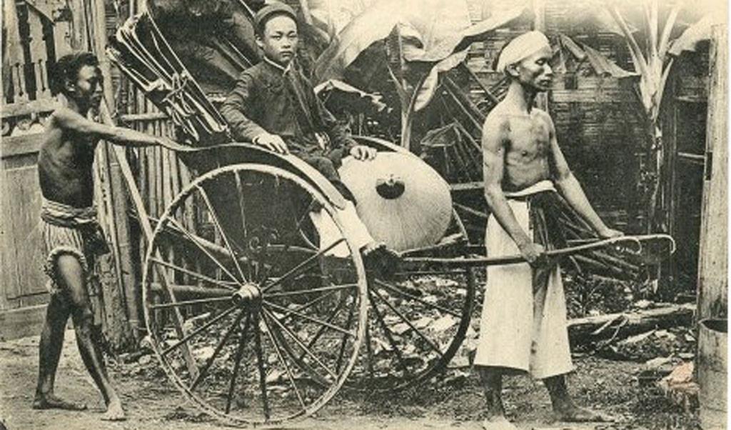 Chỉ những người có địa vị trong xã hội mới sử dụng xe kéo. Vì vậy, trong suốt nhiều thập niên, xe kéo tay đã trở thành biểu tượng cho sự giàu có và uy quyền của giới thượng lưu Việt. Ảnh tư liệu.