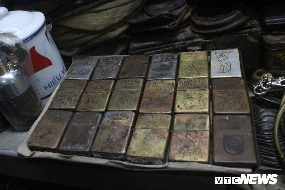 Anh Huân, một người bán tại chợ cho biết, những món hàng này đều là hàng cũ, qua nhiều đời chủ và được bán lại cho người cần.
