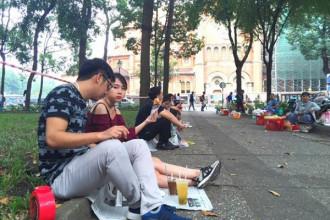 Các bạn trẻ thường xuyên tụ tập ăn vặt, uống cà phê tại đây vào buổi xế chiều cho đến đêm.
