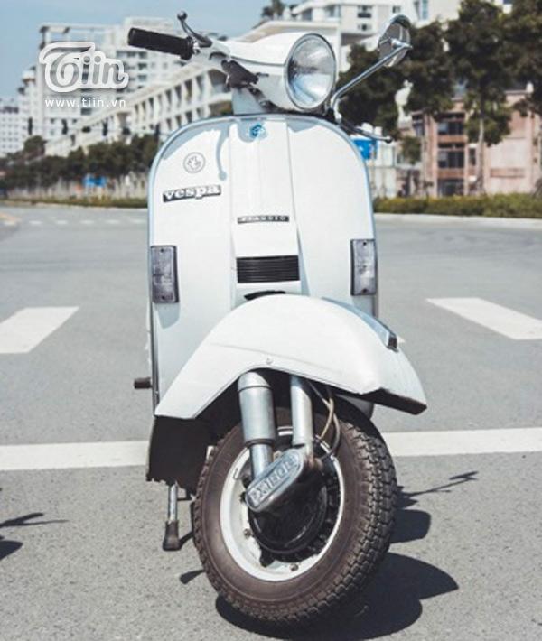 Được coi như một biểu tượng không bao giờ lỗi mốt, người người say mê, từ ngôi sao điện ảnh đến giới nhân viên văn phòng… Vespa PX 1990 phiên bản của Ý hay chiếc Standard (còn gọi là Vespa 150) -  sản xuất từ những năm 1958 - 1963, được chính tay Minh tân trang lại, mang một vẻ đẹp duyên dáng, quyến rũ đến lạ thường.