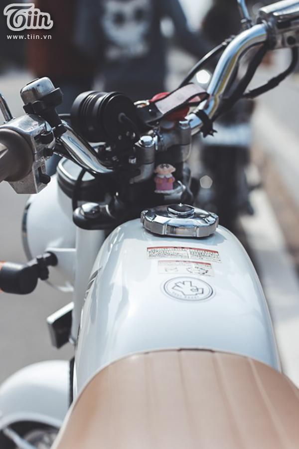 Là mẫu xe gắn máy côn tay (ambraya rời), xếp trong phân khúc xe thể thao Honda sản xuất năm 2006 - 2007, với kiểu dáng T bone thể thao, CD Benly 50s được nhiều người chơi xe ở Sài Gòn sưu tầm. Hiện nay, chiếc ngựa sắt đã được trang bị lại với phong cách trẻ trung hơn nhưng vẫn giữ được nét hoài cổ vang bóng ngày nào.