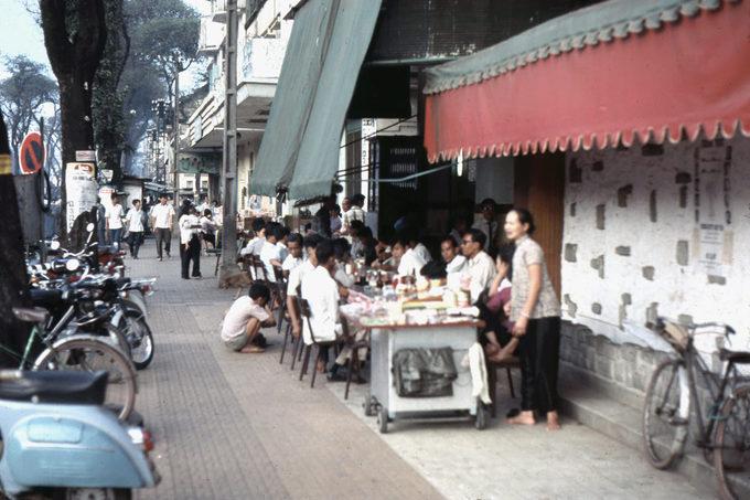 Một nhà hàng bên đường có chỗ ngồi ngoài trời cho khách.