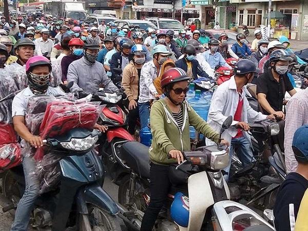 Qua Tết, đường phố Sài Gòn lại đông đúc. Ảnh: HTD