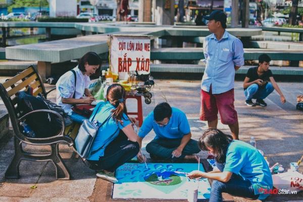Người dân và khách du lịch đều tò mò tới xem các bức vẽ đường phố ý nghĩa này.