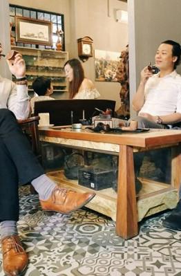 Hình ảnh những quý ông đi kèm với tẩu là những nét đẹp của Sài Gòn xưa