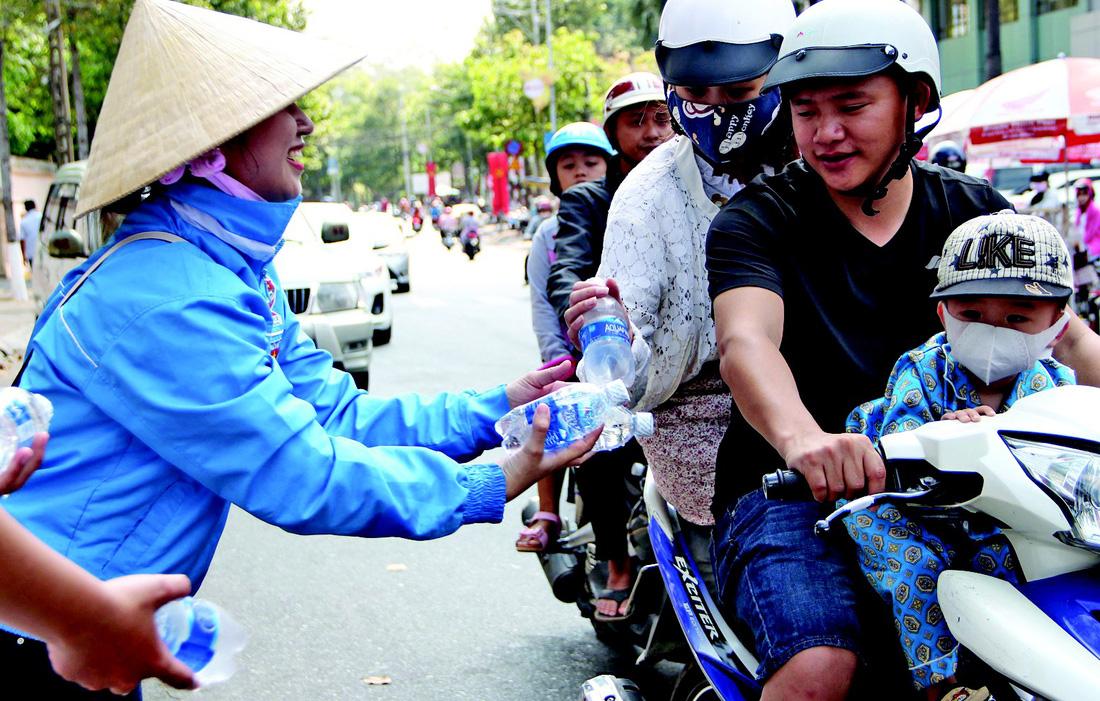 Nước suối được tặng miễn phí cho du khách - Ảnh: ĐÌNH TRỌNG