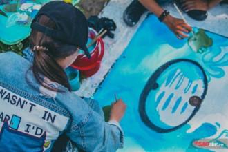 Những chiếc nắp cống xấu xí được các bạn sinh viên vẽ lên với thông điệp bảo vệ nguồn nước.