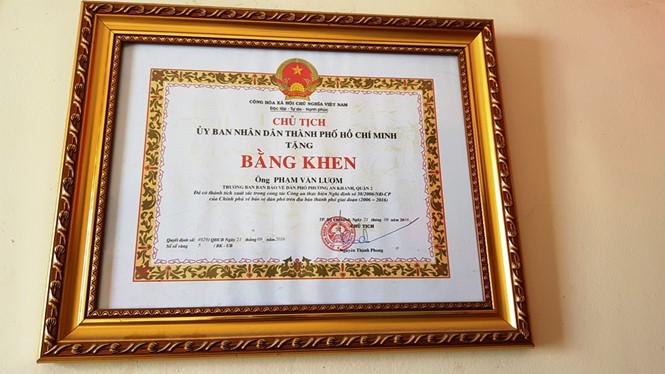 Với các thành tích của mình, ông Út Tèo được Chủ tịch UBND TP tặng bằng khen ẢNH: VŨ PHƯỢNG