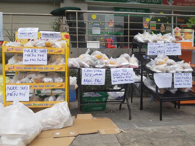 Những phần cơm, nước, sữa miễn phí cho người dân đến lấy dùng - Ảnh: UYÊN TRINH