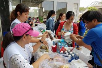 Các phần cơm, bánh mì, đồ uống được san sẻ cho người dân chung cư Carina quận 8 - Ảnh: Trung tâm Công tác xã hội thanh niên TP.HCM