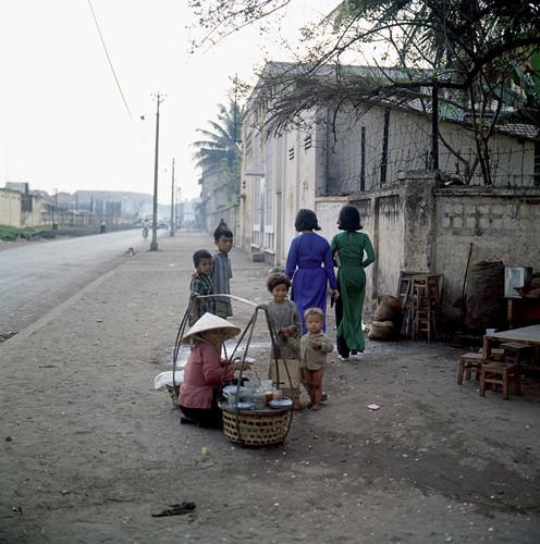 Những đứa trẻ bên gánh hàng ăn ở góc Phạm Ngũ Lão - Nguyễn Thái Học, ngoài ga xe lửa Sài Gòn năm 1967. Ảnh: Geheugenvannederland.nl
