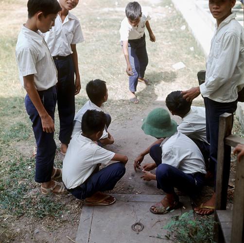 Nhóm học sinh chơi đánh đáo trên sân trường. Ảnh: Geheugenvannederland.nl