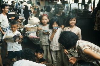 Trẻ em trong mọt khu chợ ở Sài Gòn năm 1966. Ảnh: Geheugenvannederland.nl