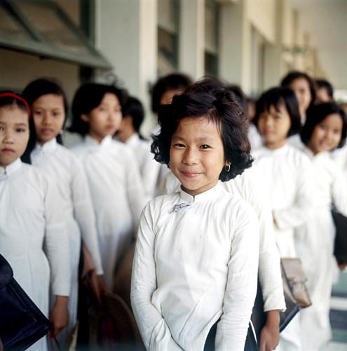 Nữ sinh xếp hàng vào lớp, Sài Gòn năm 1967. Ảnh: Geheugenvannederland.nl