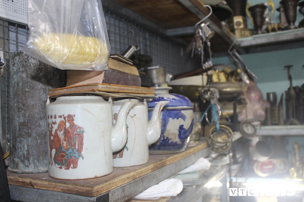 Khách hàng có thể tìm thấy đủ loại mặt hàng, vật dụng đã tồn tại một thời trong lịch sử ở những cửa hàng bán đồ cũ ở chợ Dân Sinh.