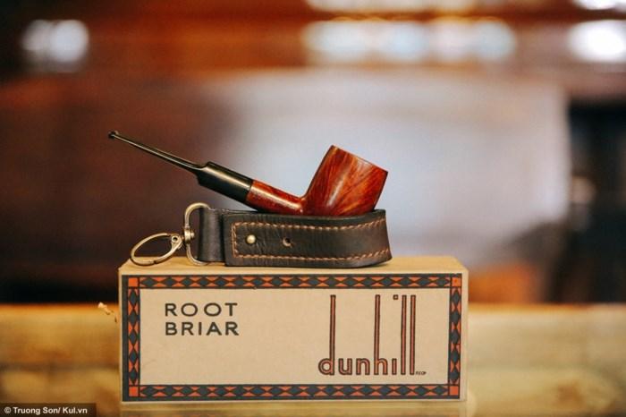 Cây tẩu Root Briar của hãng Dunhill được sản xuất từ năm 1968 của một người sưu tập tẩu ở Sài Gòn có giá gần 500 USD