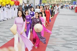 Áo dài tung bay trên phố đi bộ Nguyễn Huệ, Tp HCM.