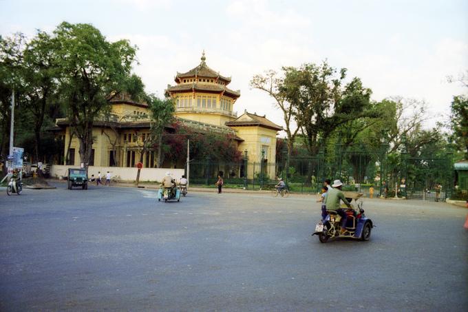 Đường Nguyễn Bỉnh Khiêm trước cổng sở thú 50 năm trước không khác gì nhiều so với bây giờ. Nhiều cây cổ thụ vẫn còn được giữ lại tạo cảnh quan xanh mát trong thành phố. Sở thú cũng là điểm đến hút khách mỗi dịp lễ, Tết tại Sài Gòn.