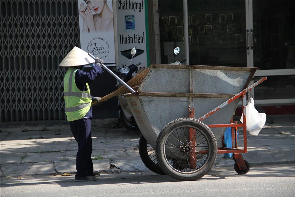 Ngày này cũng là ngày lao động mệt nhất của những người phụ nữ lao động dọn vệ sinh.