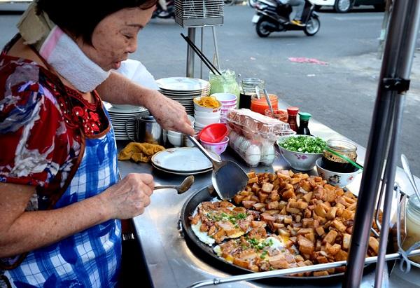 Nằm đầu hẻm 109 Nguyễn Thiện Thuật (quận 3), xe bột chiên bà Ngọc là một trong những nơi bán bột chiên được nhiều người Sài Gòn biết đến. Có mặt từ năm 1974, trải qua hai thế hệ đứng bán, bà Ngọc là thế hệ thứ hai, nối nghiệp mẹ - một phụ nữ người Hoa.