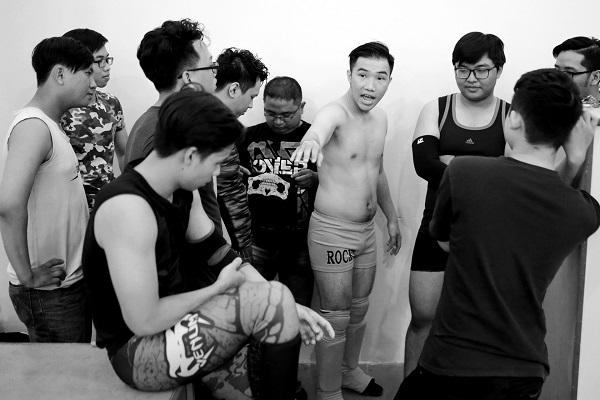 Hùng và các thành viên của SPWC đang thảo luận về kịch bản biểu diễn.