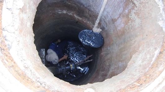Với những ống cống sâu, anh em thường phải cột dây ngang bụng, lỡ mưa đột ngột, nước tràn xuống cống nhanh, anh em ở trên đường sẽ giật mạnh sợi dây để biết mà chui lên… (Tin, ảnh: cadn.com.vn)