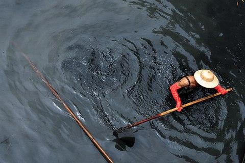 Nước mương đen ngòm vì xả thải sinh hoạt, xả thải từ công ty nhuộm, dệt, hóa chất… (Ảnh: vnexpress.net)