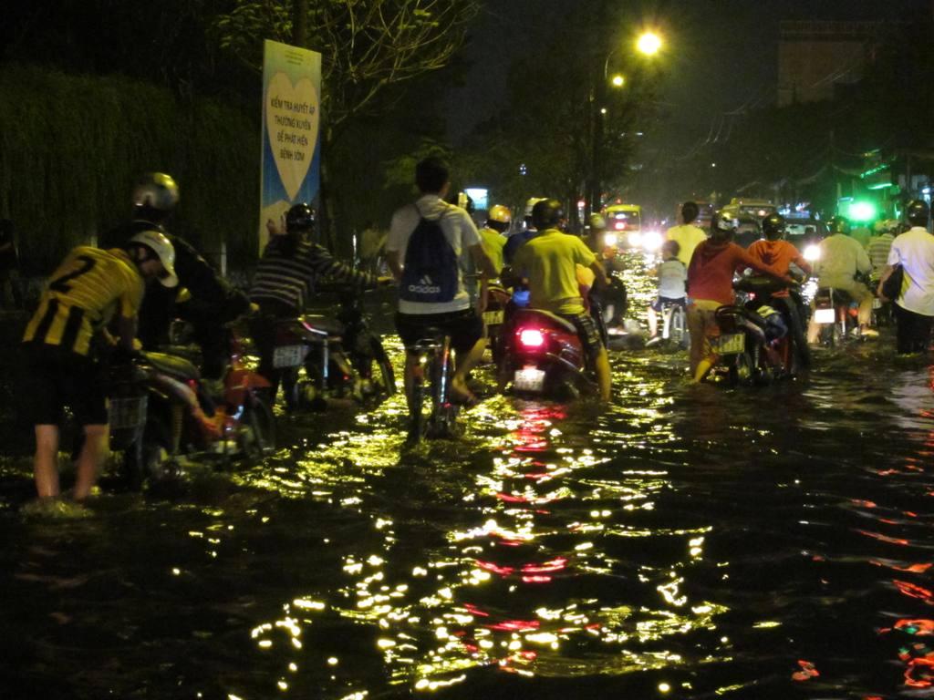 Cống nghẹt thì đường ngập, cuộc sống của mọi người sẽ ảnh hưởng nhưng dường như chẳng nhiều người quan tâm đến điều đó. Trong hình, giao thông hỗn loạn sau cơn mưa ở Q.Phú Nhuận, TPHCM, tháng 11/2013. (Ảnh: laodong.com.vn)