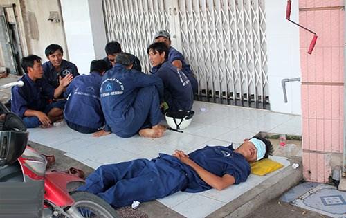 Bữa ăn và giấc ngủ trưa đầy đủ cả đội, dù ngay ngoài đường. (Ảnh: khampha.vn)