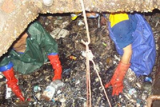 Trong những ống cống đen ngòm, đặc sánh mùi hôi thối, những xác động vật, thức ăn thừa, mảnh chai, mảnh kiếng, bọc ni lông… được vơ trực tiếp bằng tay. (Ảnh qua vusta.vn)