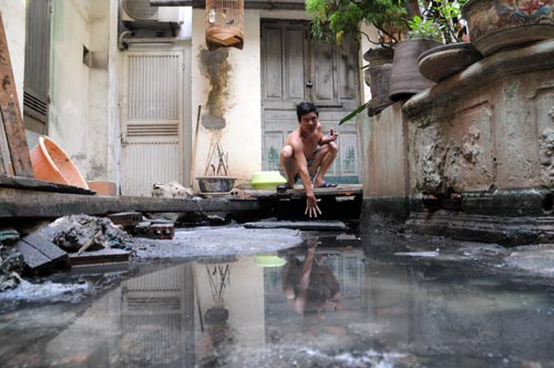 Nước dềnh lên do đường cống ngầm của khu bị bịt. (Tin, ảnh: khampha.vn)