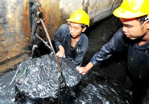 Càng bẩn thì càng phải dọn, vì nếu không, trời mưa cống sẽ tắc, nước không thoát được, đường càng ngập hơn. Trung bình mỗi ngày, mỗi công nhân ở Công ty Thoát nước đô thị TPHCM nạo vét từ 340 – 365m³ bùn rác.(Tin, Ảnh: sggp.org.vn)