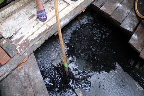 Thử tưởng tượng, việc ngâm mình dưới những dòng bùn sình nặng rác thải, xú uế này sẽ ra sao. Nếu không có những công nhân môi trường giúp khơi thông, tình trạng ngập sẽ như trên. Vậy nhưng nhiều người vẫn xua đuổi họ, còn tay vẫn liệng rác xuống làm nghẽn cống, nghẽn mương. (Ảnh: khampha.vn)