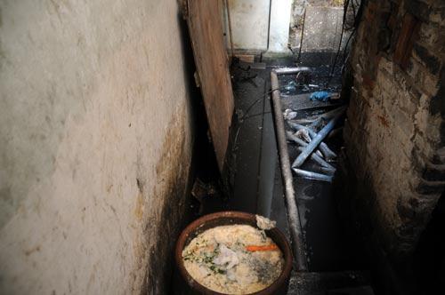 Nhà vệ sinh chung của khu ngập sâu đến 50cm. (Tin, ảnh: khampha.vn)