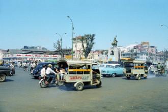 Phía trước chợ Bến Thành năm 1967 là công trường Quách Thị Trang và bức tượng Trần Nguyên Hãn. Khi đó, xe lam là một trong số phương tiện giao thông công cộng được sử dụng rộng rãi.  Chợ có từ trước khi người Pháp xâm chiếm Gia Định, ban đầu nằm bên bờ sông Bến Nghé, cạnh một bến sông gần thành Gia Định (bấy giờ là thành Quy, còn gọi là thành Bát Quái). Bến này dùng để cho hành khách vãng lai và quân nhân vào thành, vì vậy mới có tên gọi là Bến Thành và khu chợ cũng có tên gọi là chợ Bến Thành.