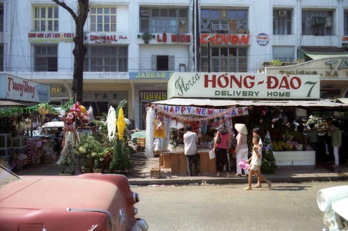 Một cửa hàng bán đồ trang trí trên đường Boulevard Charner, nay là đường Nguyễn Huệ.